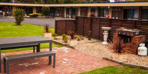Baronga Motor Inn Colac Motel Free barbeque area