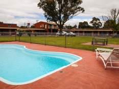 Baronga Motor Inn Colac Motel Pool & lawn area